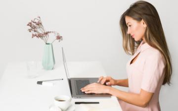 infolingue_corsi_assegno_per_il_lavoro_impiegata_digitale_lavoro in ufficio_